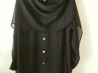 薄地の黒のシルクのシャツ ストール付きの画像