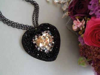 ビーズ刺繍のハートネックレスの画像