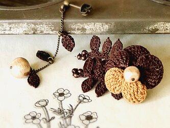 チョコレートカラー・フラワーアシンメトリーピアスの画像