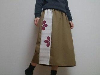 秋色のロングスカートカーキとワインレッドの花びらパッチウエストゴムの画像