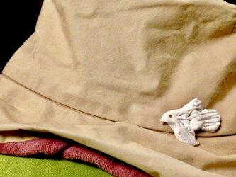白い鳥アロマブローチの画像