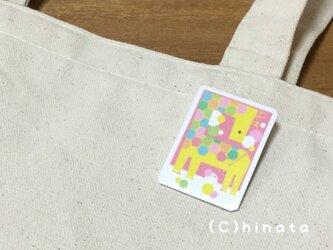 キリンのイラストブローチの画像