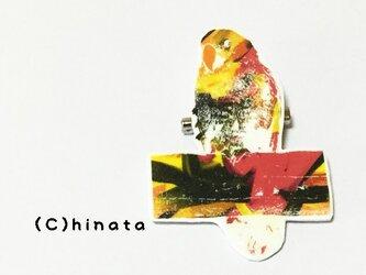 ARTな!インコのイラストブローチ(赤、黄)の画像