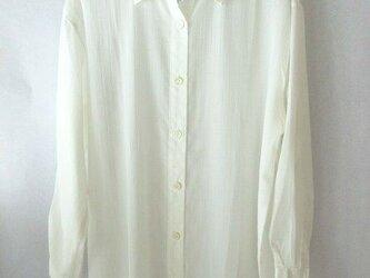 白のシルクのシンプルなシャツの画像