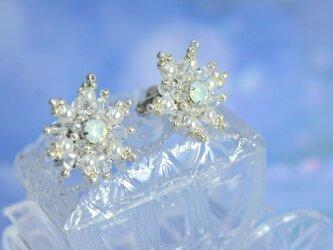 (受注生産)雪の結晶 スワロフスキービーズビジューのイヤリングの画像