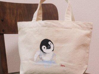 リアルな手描きのペンギントートの画像