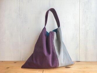 葡萄色と薄グレーの刺繍入り三角鞄の画像