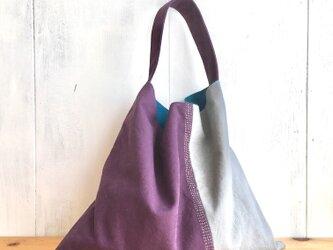 刺繍入り シックな大人色の三角鞄の画像