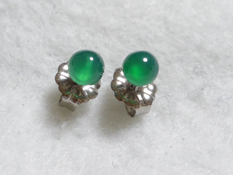 小粒グリーンオニキスのスタッドピアス(4mm・チタンポスト)の画像