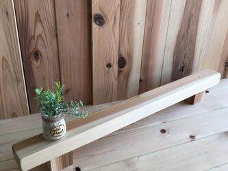 杉の細いディスプレイ台の画像