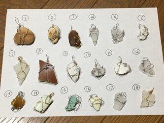 ワイヤーペンダント(シーグラス、シー陶器、石)35個セットの画像