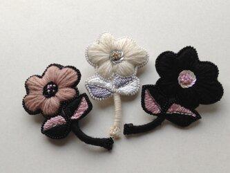 花の刺繍ブローチ(B)の画像