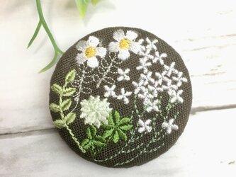 こげ茶リネン 白い小さい花たちのブローチ 丸50ミリの画像