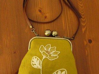 手刺繍おお玉がま口・ポシェット(白い花)の画像