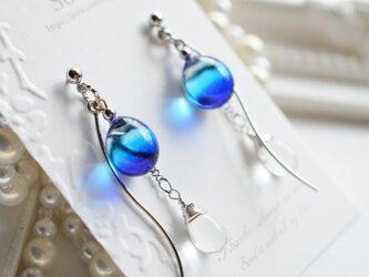 【ハンドメイドガラス】ブルーひねりチャームシルバーカラーピアス*イヤリングの画像