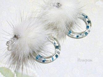 18p063・青いかすみ草と白いファーのノンホールピアス ホムポムの画像