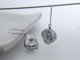 K14WG/K18WG 黒蝶ケシ真珠 両穴アメリカンピアスM-5Peの画像