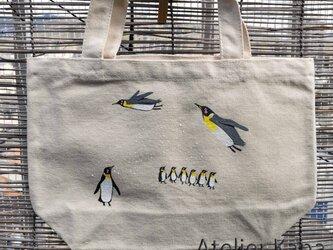 手描きの空飛ぶペンギントートの画像