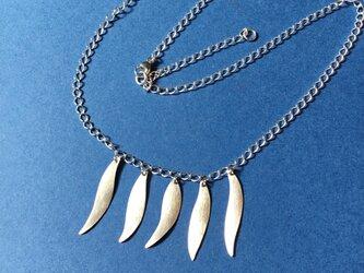 羽の様なモチーフのネックレスの画像