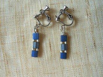Three イヤリング midnight blue+metal silverの画像