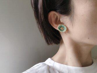 貝殻のようなお花のピアス(トルコブルー)の画像