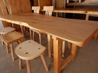 栃のダイニングテーブルの画像