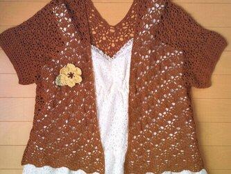 コサージュ付き 国産糸使用ミルクチョコ色のカーディガンの画像