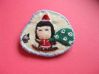 サンタクロース…?の女の子<布ブローチ(刺繍ブローチ)>の画像
