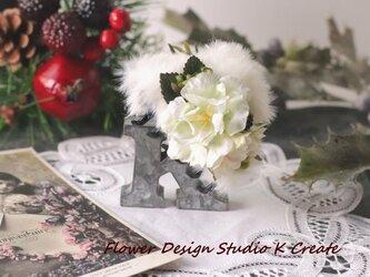 白いフアーと薔薇のバンスクリップ アーティフィシャルフラワー 造花の画像