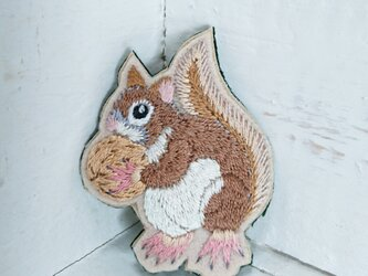 冬支度リスちゃん*刺繍ブローチの画像