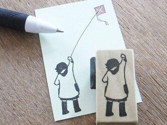 正月はんこ 凧揚げをする女の子の画像
