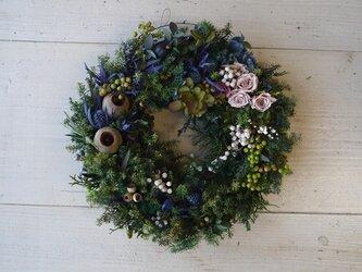 木の実とヒムロスギ&バラのプリザーブドフラワー・大人のクリスマスリースの画像