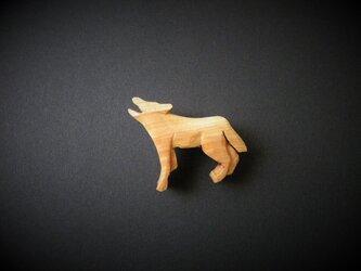 k 木彫りブローチ 狼の遠吠え 月に吠えるの画像