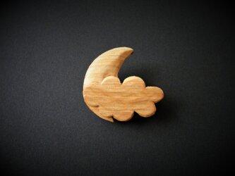 k 木彫りブローチ 月と雲の画像