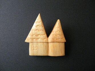 k 木彫りブローチ お家の画像