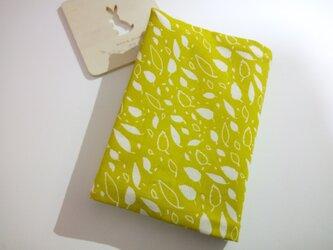 (オーガニックコットン) 風に舞う小さな葉・・・ブックカバー(文庫本用)モスグリーン色の画像