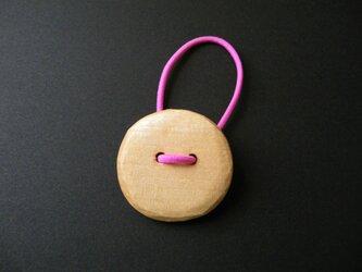 k 木彫りヘアゴム ボタンの画像