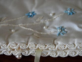 小花の刺繍のジュエリー&ハンカチ ケースの画像