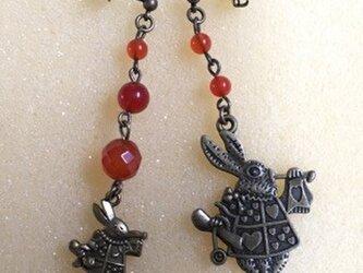 赤メノウとアリスの白うさぎピアスの画像