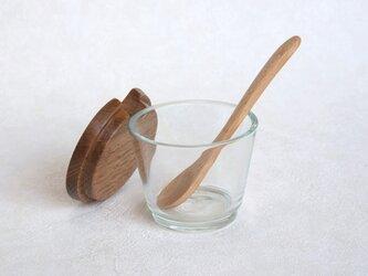 木のフタのポット(木のスプーン付き・丸ガラス)の画像