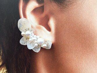 白い花々のイヤーカフ ピアスセットの画像
