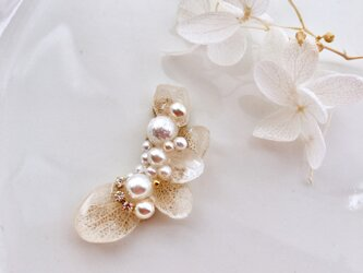 白い花々のイヤーカフの画像