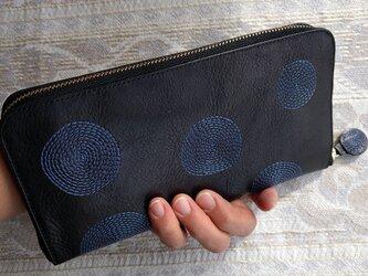 刺繍革財布『ぐるぐる』黒×ブルー(牛革)の画像