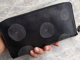 刺繍革財布『ぐるぐる』黒×ライトグレー(牛革)の画像