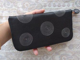 刺繍革財布『ぐるぐる』黒×アイボリー(牛革)ラウンドファスナーの画像