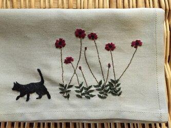 ハンカチ チョコレートコスモスと黒猫の手刺しゅうの画像