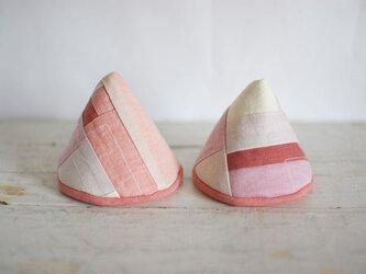三角型の草木染めの鍋つかみ(モダンピンク)の画像