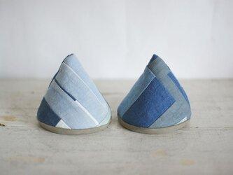 三角型の藍染めの鍋つかみ(モダンブルー)の画像