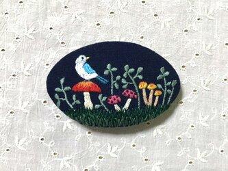 手刺繍バレッタ*キノコと小鳥の画像