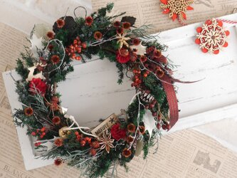 赤い実のクリスマスリース 赤リボンの画像